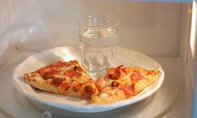 pizza microonde bicchiere acqua